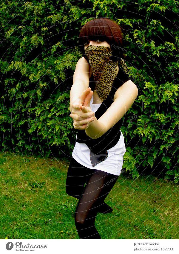 Ba Ba Banküberfall (Das Böse ist immer und überall) Frau weiß grün Gesicht schwarz Gras Garten Sicherheit gefährlich bedrohlich Ziel Maske Strümpfe geheimnisvoll verstecken Strumpfhose