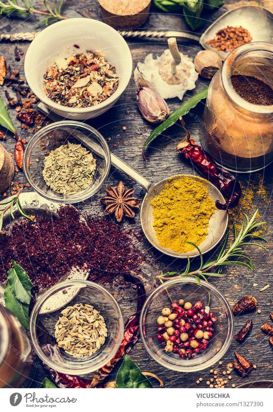 Auswahl an bunte Gewürze Natur Gesunde Ernährung Leben Stil Lebensmittel Design Glas Tisch Kochen & Garen & Backen Kräuter & Gewürze Küche Bioprodukte Duft