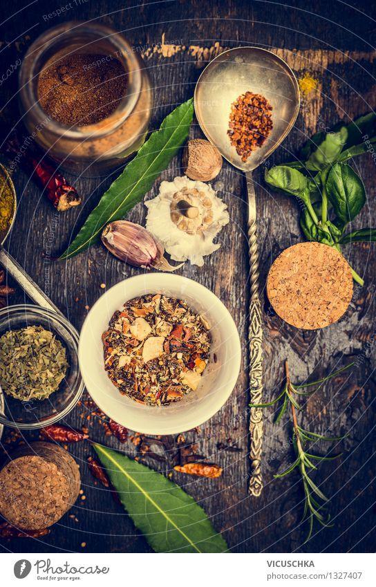 Auswahl an bunten Kräutern und Gewürzen im Löffel und Schüsseln Natur Gesunde Ernährung Foodfotografie Stil Lebensmittel Design Glas Dinge