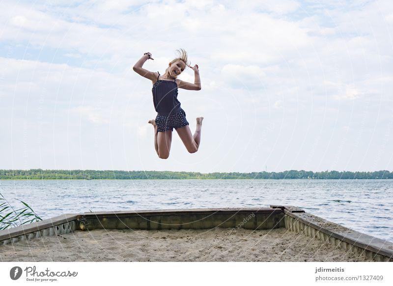 Jump Mensch Kind Natur Ferien & Urlaub & Reisen Sommer Wasser Landschaft Freude Mädchen feminin Spielen Glück lachen See springen Freizeit & Hobby