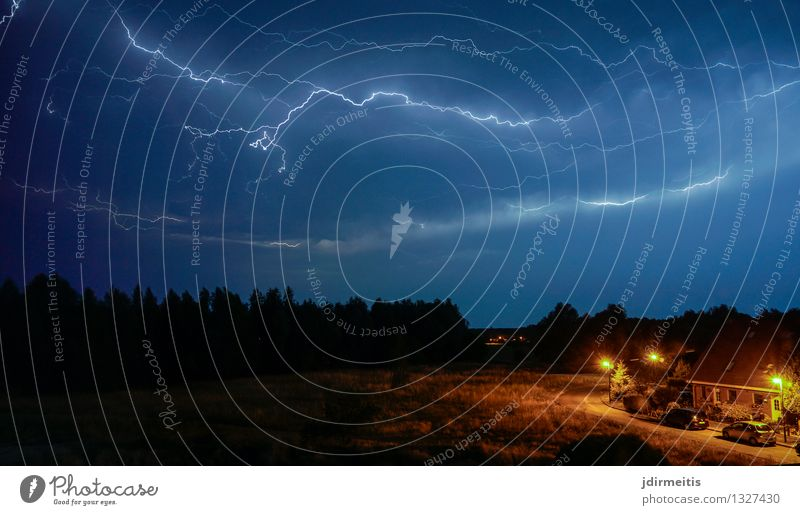 Gewitter Umwelt Natur Landschaft Himmel Gewitterwolken Nachthimmel Horizont Wetter schlechtes Wetter Unwetter Wind Sturm Regen Blitze Wiese Feld Dorf Kleinstadt