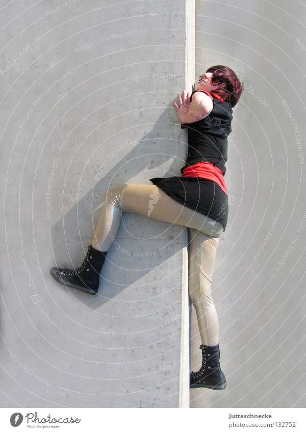 Superhelden sterben nicht Frau Wand oben Mauer Kraft hoch Klettern fallen Konzentration aufwärts Held Gebäude Comic Prima retten