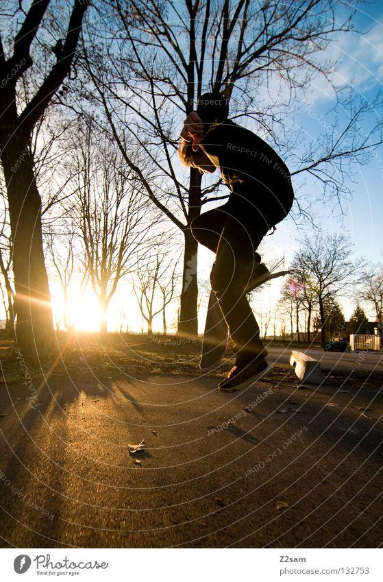 einer geht noch Aktion Skateboarding Zufriedenheit springen gestreift Teer Beton Licht Baum Weitwinkel Jugendliche Sport Geschwindigkeit Drehung Park Boardslide