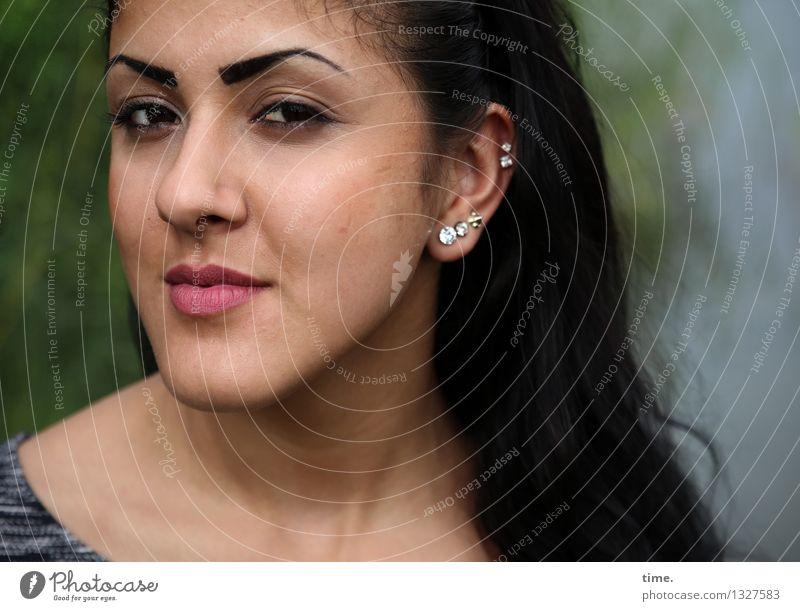 Estila feminin 1 Mensch Pullover Schmuck Piercing schwarzhaarig langhaarig beobachten Blick schön selbstbewußt Coolness Kraft Willensstärke Macht diszipliniert