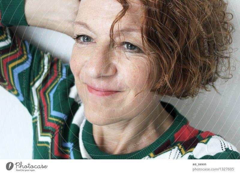 Hey! harmonisch Zufriedenheit Frau Erwachsene Gesicht 1 Mensch 30-45 Jahre Bekleidung Pullover rothaarig Locken Lächeln authentisch Fröhlichkeit einzigartig