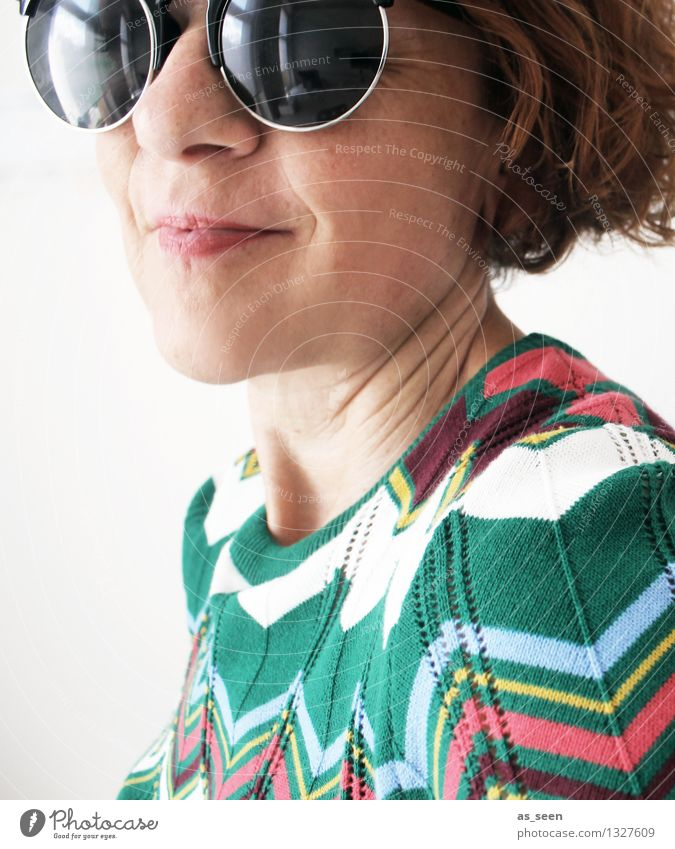 Retro Lifestyle Stil Frau Erwachsene Gesicht 1 Mensch 30-45 Jahre Mode Pullover Siebziger Jahre Sechziger Jahre Zickzack Muster Accessoire Sonnenbrille