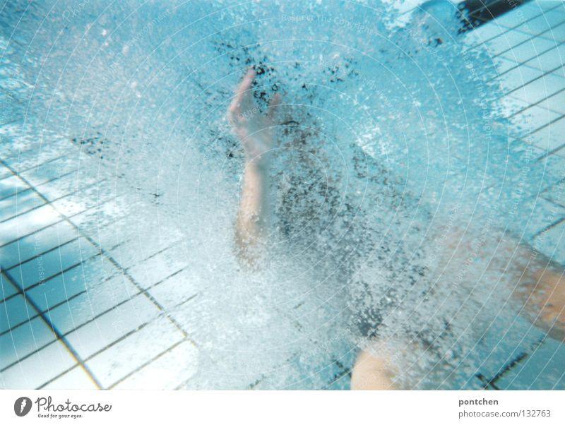 Unterwasseraufnahme im Schwimmbecken im Freibad. Mensch erzeugt Luftblasen durch Bewegungen im Wasser. Schwimmen Freude Erholung Spielen Sommer Frau Erwachsene