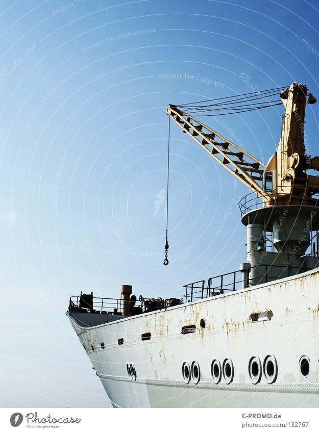 Seefahrt die ist lustig Schifffahrt Frachter Wasserfahrzeug Meer Kran Ware Bullauge Haken Fernweh Kraft Himmel blau Metall Übersee Ladung Rost Ostsee