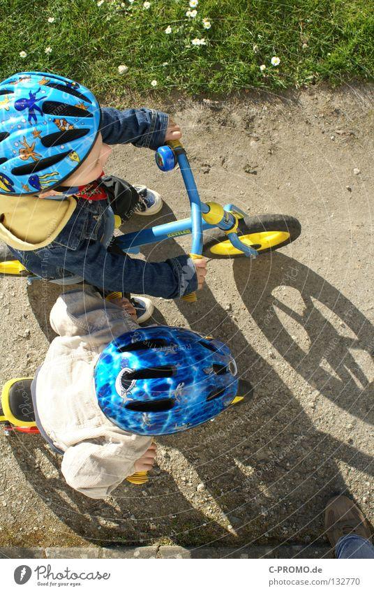 Auf die Plätze, fertig, los... Kind Wiese Spielen Gras Fahrrad Beginn Sicherheit Sportveranstaltung Helm Konkurrenz Funsport Schutzbekleidung Kinderfahrrad