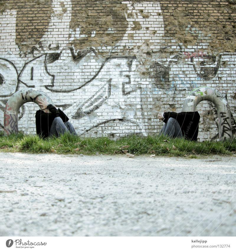 gedankenaustausch Mensch Mann Graffiti Gras Denken lustig Schutz Kreativität Idee skurril Röhren bizarr obskur Gedanke anonym seltsam