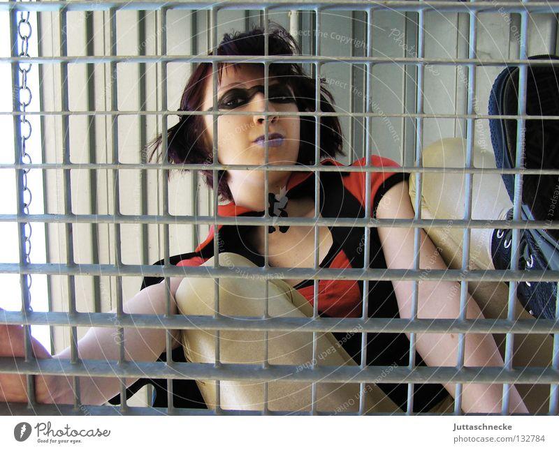 Der Tanz der Spinnenfrau Wand Mauer retten Comic fallen Gitter Haftstrafe Raster hocken Vogelperspektive Stahl Erfolg gefährlich Frau Prima Held Superheld
