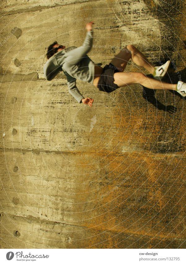THE WALL | VERTICAL CATWALK Wand Beton Mann maskulin freizügig Laufsteg laufen Glas links Kunst Kunsthandwerk Detailaufnahme gefährlich rennen Mensch unten ohne