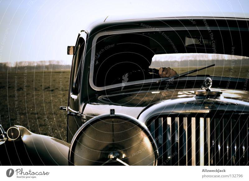 Dick Tracy im Ninjaanzug Oldtimer fahren Fahrer fremd schön geschmackvoll Design KFZ Hand führen Lenkrad Zwanziger Jahre verfolgen Vergangenheit Motorsport