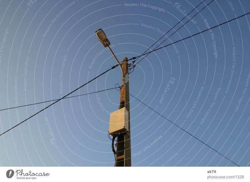 Strom liegt in der Luft 2 Elektrizität kreuzen Industrie Kabel Linie Strommast Himmel