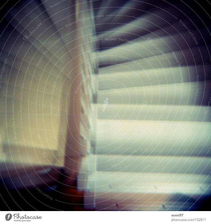 Treppab doppel Treppengeländer Flur Haus gehen unten aufwärts abwärts Holga analog Mittelformat Doppelbelichtung Lomografie Häusliches Leben herauf
