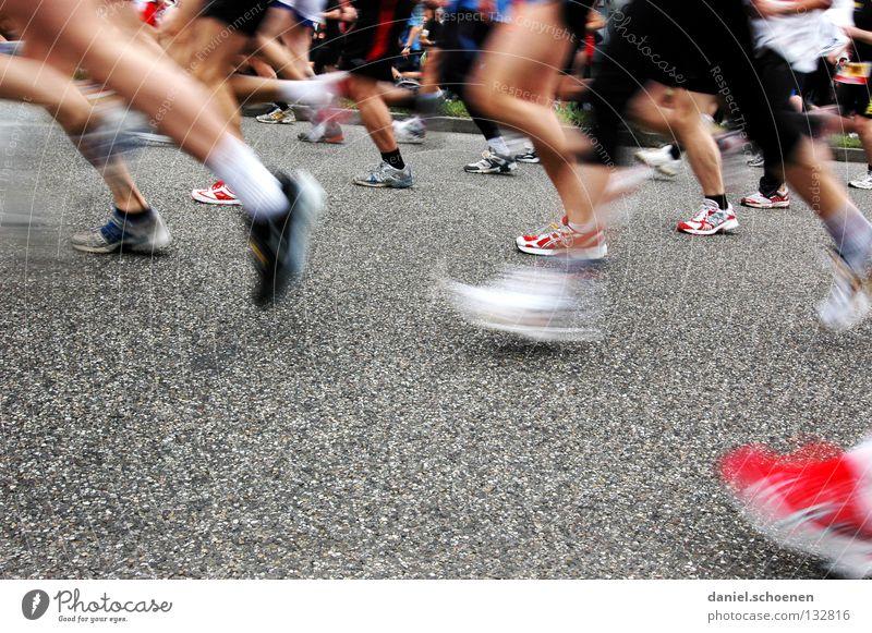 in Bewegung Frau Mann Straße Sport Bewegung Fuß Schuhe Beine Gesundheit laufen Erfolg Beginn rennen Geschwindigkeit Perspektive Fitness