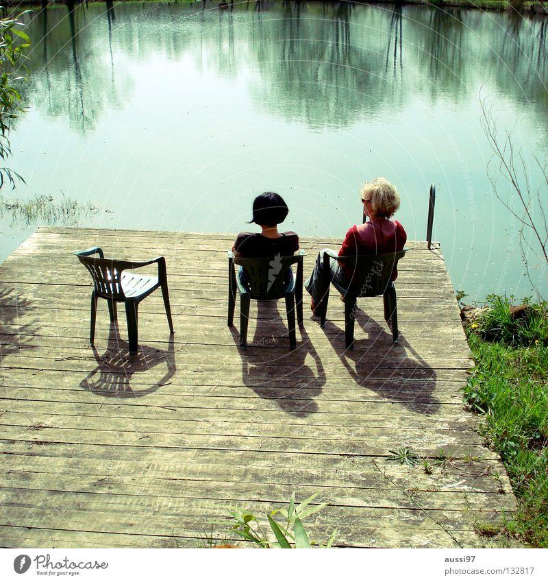 Gestern am See Erholung Kühlung Ferien & Urlaub & Reisen Bad Sitzgelegenheit Frau Stimmung Freundschaft sprechen Freude Sommer Summertime Wasser 3 Stühle