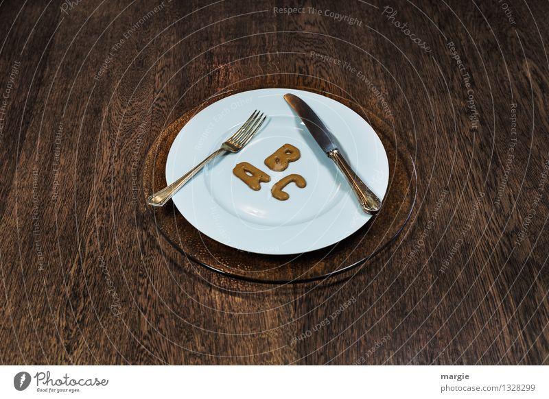 Die Buchstaben A B C auf einem Teller mit Messer und Gabel Lebensmittel Kuchen Süßwaren Ernährung Kaffeetrinken Abendessen Büffet Brunch Festessen