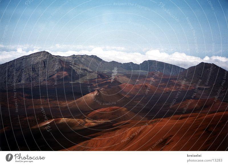 Mondlanschaft 2 Wolken Ferne Berge u. Gebirge Erde Vulkan unberührt Bergkette Hawaii ursprünglich Marslandschaft Vulkankrater vulkanisch Vulkaninsel