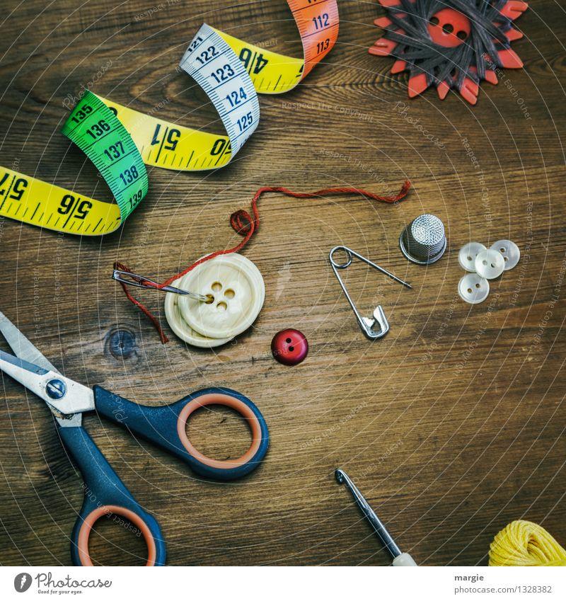 Nähzeug wie Nadel, Metermaß, Knöpfe, Faden und Garn, Fingerhut Schere, Sicherheitsnadel und eine Häkelnadel Freizeit & Hobby Nähgarn Häusliches Leben Beruf
