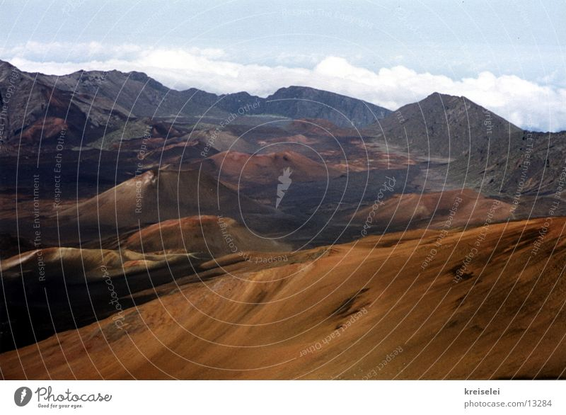 Mondlandschaft1 Ferne Berge u. Gebirge Erde Vulkan unberührt Bergkette Hawaii ursprünglich Marslandschaft Landschaft Vulkankrater vulkanisch Vulkanologie