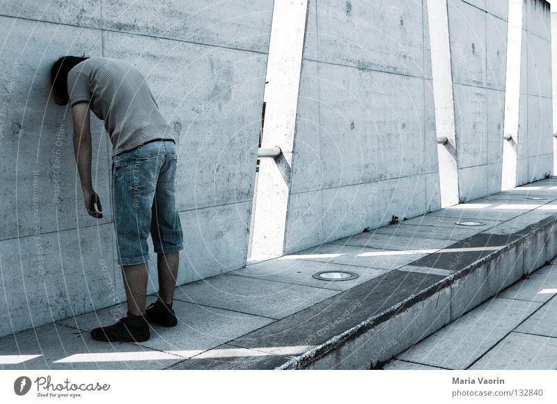 Kopf vs. Wand Trauer Verzweiflung Wut Zerstörung Mann Einsamkeit Denken Konzentration Problematik Sorge Kopfschmerzen hilflos Liebeskummer träumen Gedanke