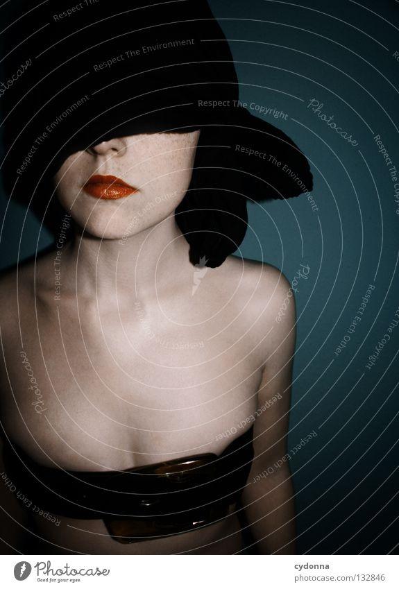BLIND Frau Licht stehen Gedanke Zeit Gefühle wahrnehmen Stil Lippen bleich Auslöser Oberkörper geschlossene Augen blind Gerechtigkeit hören Sinnesorgane