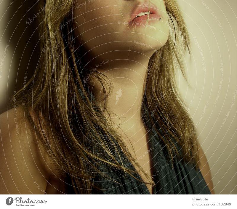 Nightlife Absturz Rauschmittel fertig kaputt Alkoholisiert Lippen Lippenstift leer füllen Kopfschmerzen rosa Schal türkis Nacht Piercing Lippenpiercing