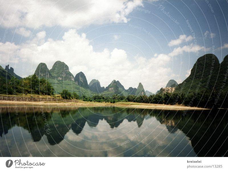Bergspiegelung Himmel Natur Wasser Ferien & Urlaub & Reisen Landschaft Berge u. Gebirge außergewöhnlich Fluss Reisefotografie Hügel China Flussufer Spiegelbild Asien Wolkenhimmel Wasserspiegelung