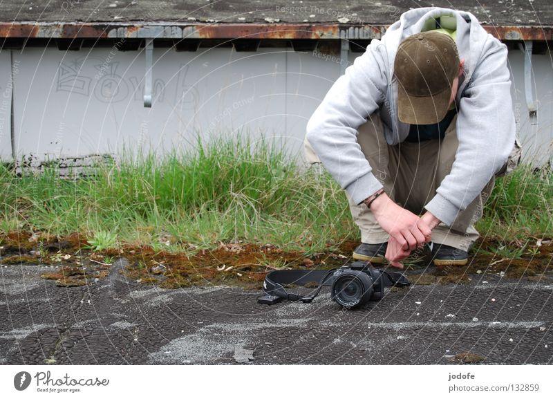 Bomb? Mensch Mann grün Erholung Gras Frühling grau Schuhe Graffiti warten maskulin Ausflug sitzen Pause Fabrik