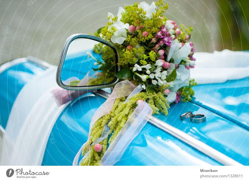 trauung Hochzeit Liebe Blumenstrauß Ehering Ring Trabbi Oldtimer Glück Farbfoto Außenaufnahme Detailaufnahme Makroaufnahme Menschenleer