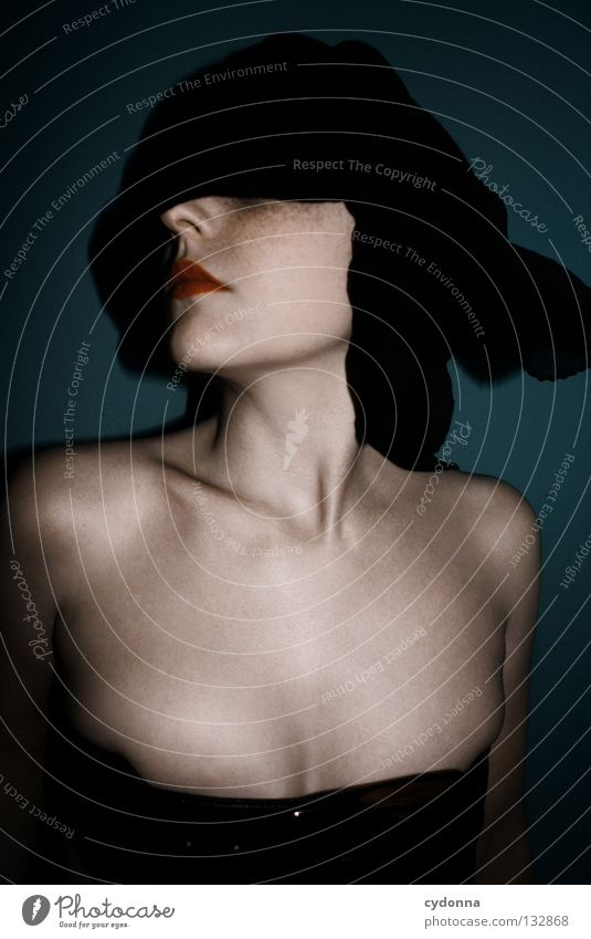 BLIND I Frau Licht stehen Gedanke Zeit Gefühle wahrnehmen Stil Lippen bleich Auslöser Oberkörper geschlossene Augen blind Gerechtigkeit hören Sinnesorgane