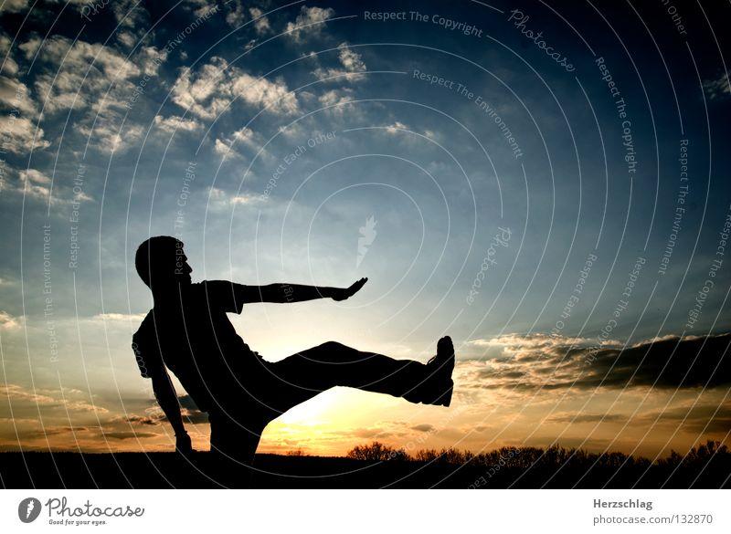 Ein ganz großer Schritt ! weiß Wolken schwarz Horizont Matrix Sonnenuntergang Physik springen gehen Hand Himmel schreiten frei blau Wärme Kontrast Stolz Kraft