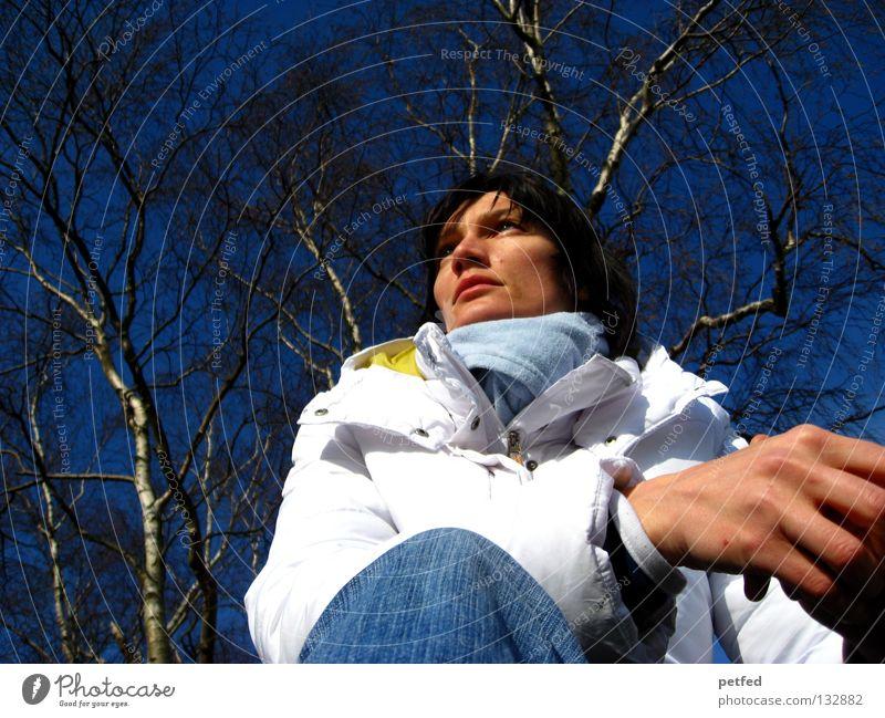 Gedanken Frau Winter kalt Zeit langsam Wunsch Zukunft Denken warten blau Himmel Wetter Natur sitzen Sehne Mensch Außenaufnahme