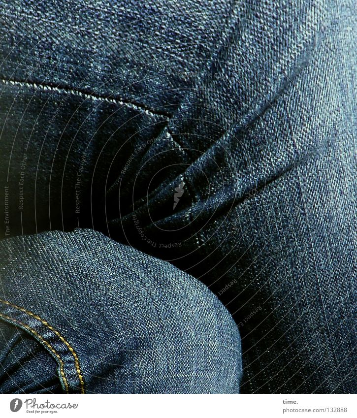 Mittag. Pause. Hose Knie Kniebeuge Oberschenkel Unterschenkel Textilien Stoff Naht Faltenwurf eng Nähgarn 2 Detailaufnahme Bekleidung Jeanshose Beine sitzen