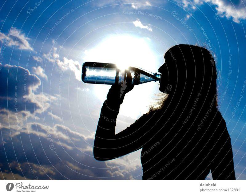 Erfrischung trinken Gegenlicht Silhouette Sommer katha Wasser Durst Flasche Himmel blau Kontrast