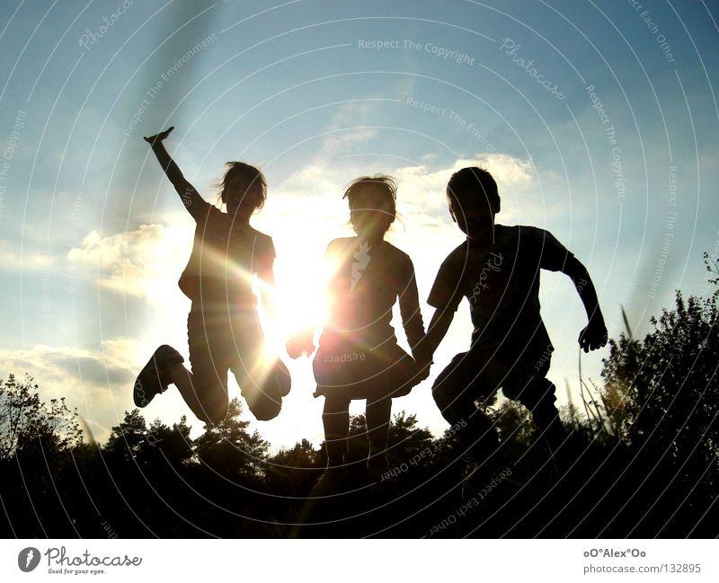 Frühjahrsfreude Mensch Kind Himmel Sonne Freude Spielen Gefühle springen Freundschaft Gesichtsausdruck