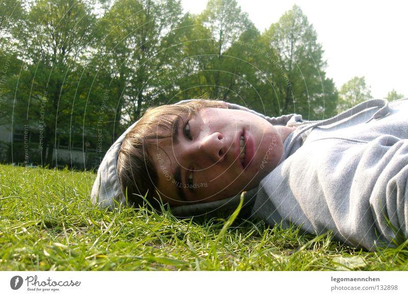 frühlingsgefühle Jugendliche Sonne grün Sommer Freude Gesicht Auge springen Gras Frühling Mund Beleuchtung Nase Fröhlichkeit Rasen liegen
