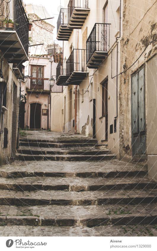 Fußgängerzone Italien Sizilien Südeuropa Dorf Kleinstadt Stadt Altstadt Haus Altbau Altbauwohnung Mauer Wand Treppe Fassade Balkon Straße Gasse Sackgasse gehen