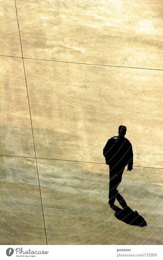 Walk the Line grau Asphalt Mann gehen schwarz weiß gelb Vogel trist einfach Quadrat Verkehrswege modern Glätte laufen Einsamkeit Schatten Perspektive Linie