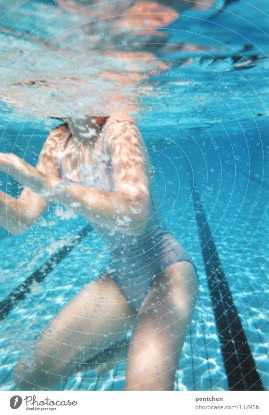 Unterwasseraufnahme. Körper  einer schlanken  jungen Frau Im Badeanzug  im Schwimmbecken Freude Erholung Sommer Energiewirtschaft feminin Erwachsene Hand Wasser