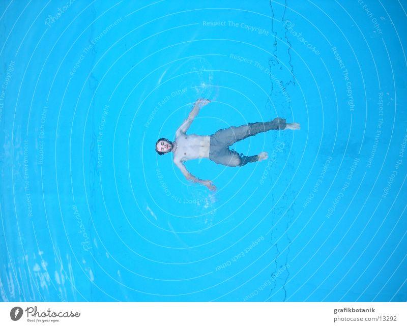 Schwimmbad Session, Bild 3 Himmel Mann blau Wasser Rücken Hose Jeanshose Kruzifix Christliches Kreuz Christentum