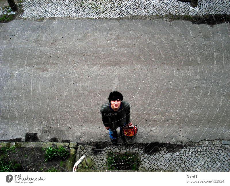 Sozialistischer Abfall Straße Kopfsteinpflaster Pflastersteine Mann lachen Eimer alt verfallen baufällig Vogelperspektive Außenaufnahme Blick nach oben