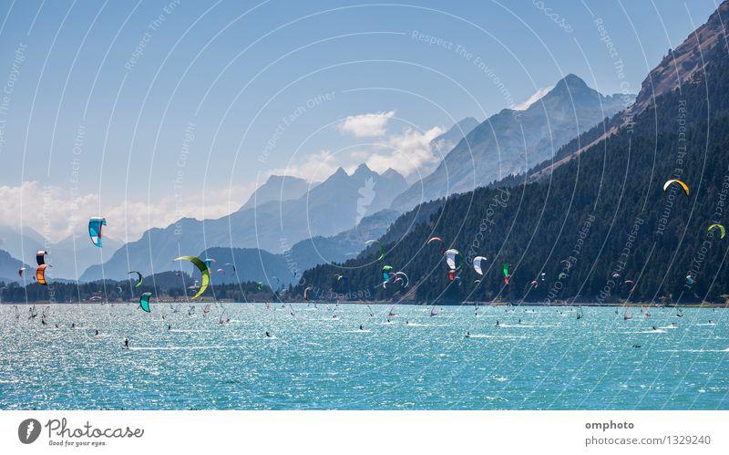 Kitesurfen und Windsurfen in einem Bergsee Himmel Natur Mann Farbe Sommer Meer Landschaft Freude Strand Berge u. Gebirge Erwachsene Sport See springen Aktion