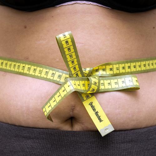 mobbelich Gesundheit Übergewicht Mensch feminin Frau Erwachsene Bauch 1 18-30 Jahre Jugendliche 30-45 Jahre Maßband Diät Fressen dick Ekel gelb Laster