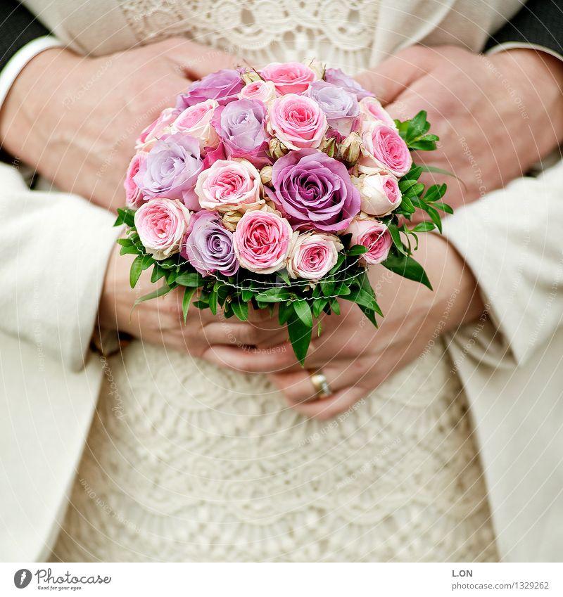 verliebt verlobt verheiratet Hochzeit Mensch maskulin feminin Frau Erwachsene Mann Hand 2 30-45 Jahre Blume Rose Blumenstrauß Kleid Anzug Brautkleid Ehering