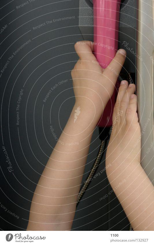 ... der Griff zum Hörer Telefongespräch Anschluss Finger grau Hand hängen Kind klein Mann Medien Münztelefon rosa stehen Telefonanschluss Telefonhaus