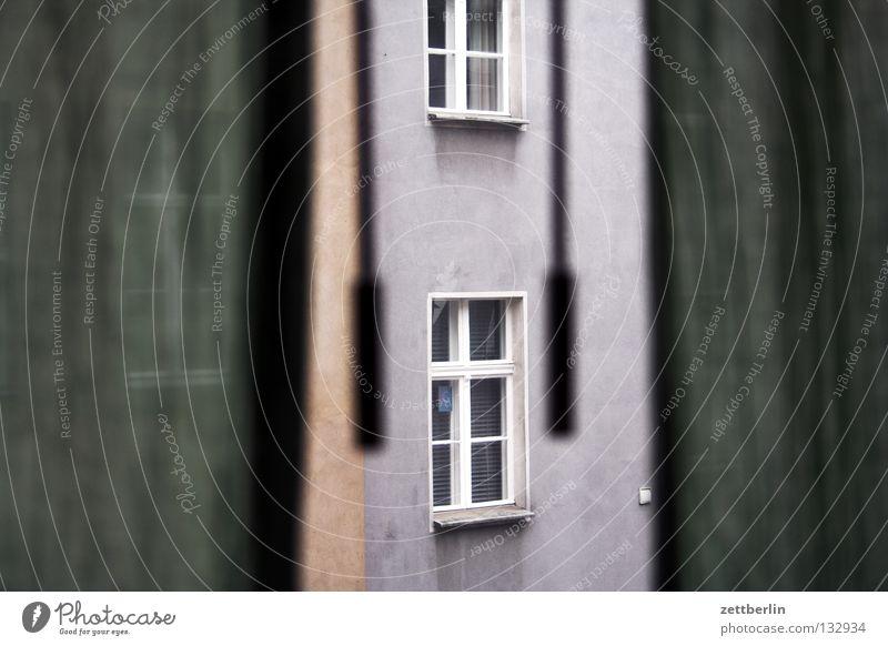 Schlechte Laune dunkel Fenster Aussicht Bauernhof Vorhang Gardine Hinterhof