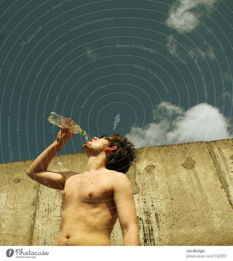 THE WALL | FRESH Mensch Mann Jugendliche Wasser alt Freude nackt Wand Spielen Mauer lustig Glas Beton Jeanshose trinken Zeichen