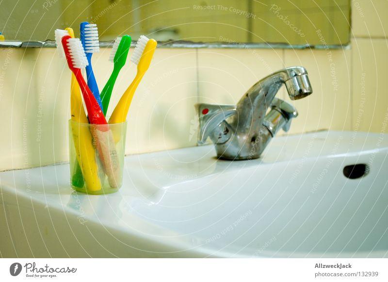 Kinderreich Zahnbürste Zahnpflege Waschbecken Wasserhahn Spiegel Bad regenbogenfarben rot gelb grün leer Gesundheit kinderzahnbürste nasszeile